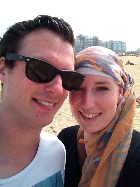 Samen op het strand; nu nog lachend;) De foto is genomen voordat ik helemaal uitgeput was!