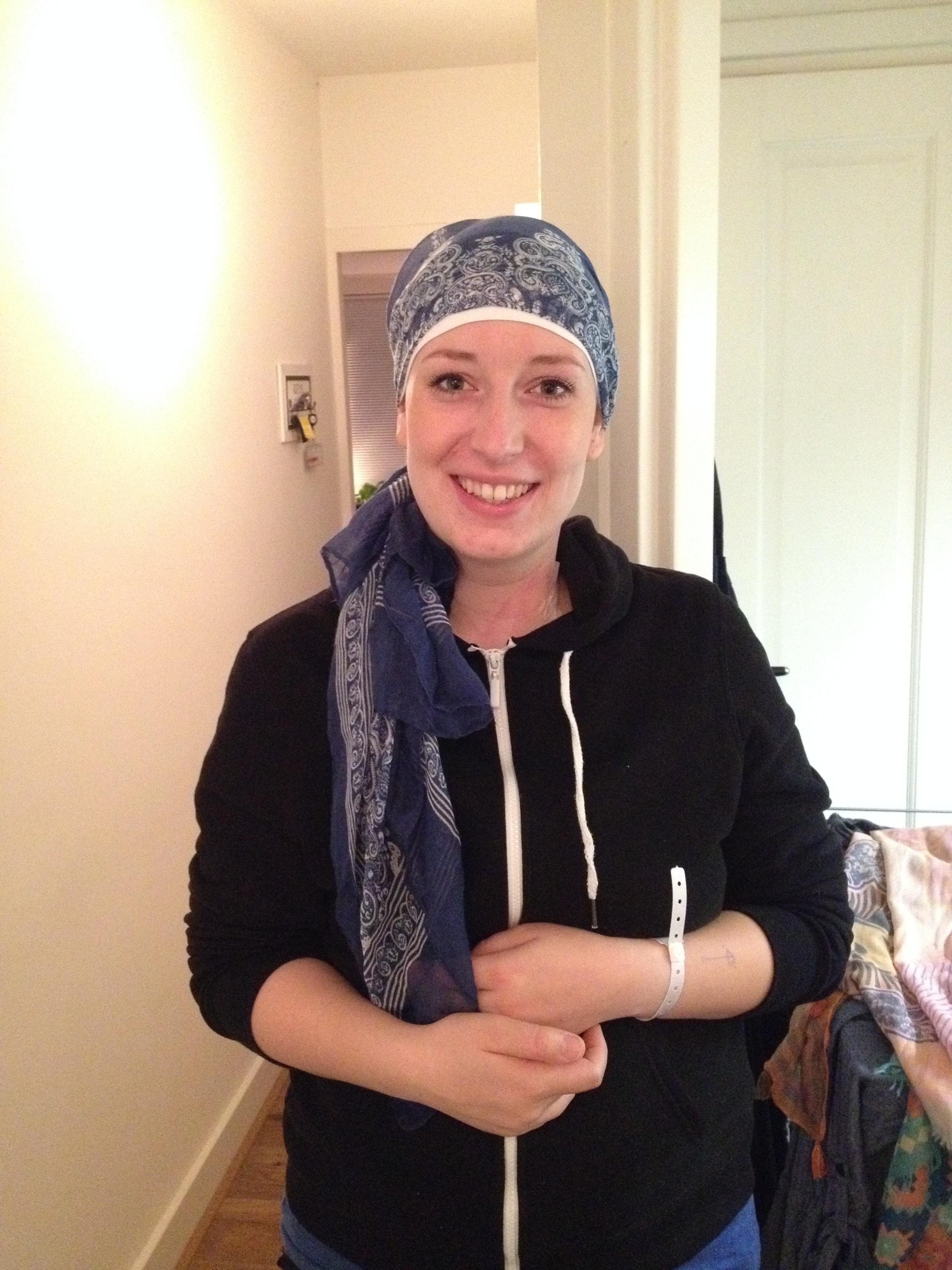 Nog wat witjes van de operatie (je ziet zelfs het rode ontsmettingsmiddel nog in m'n nek zitten) maar blij met hoe ik eruit zie met een hoofddoekje!