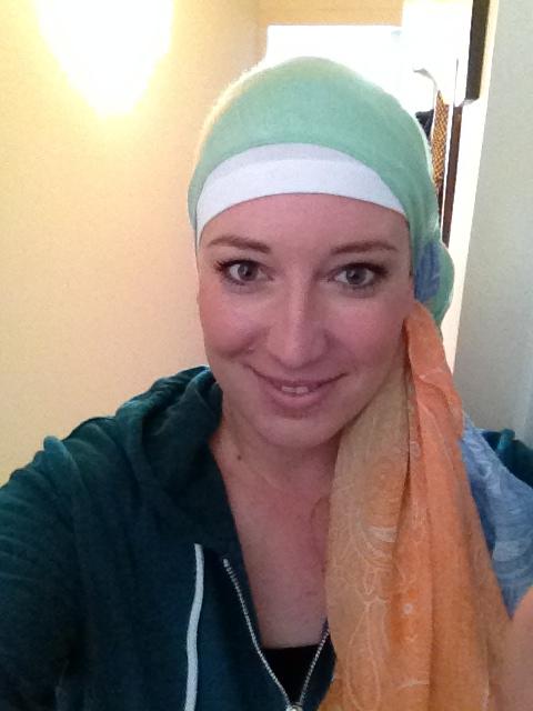 """Ik met één van mijn hoofddoekjes na de bijwerking """"haaruitval""""."""