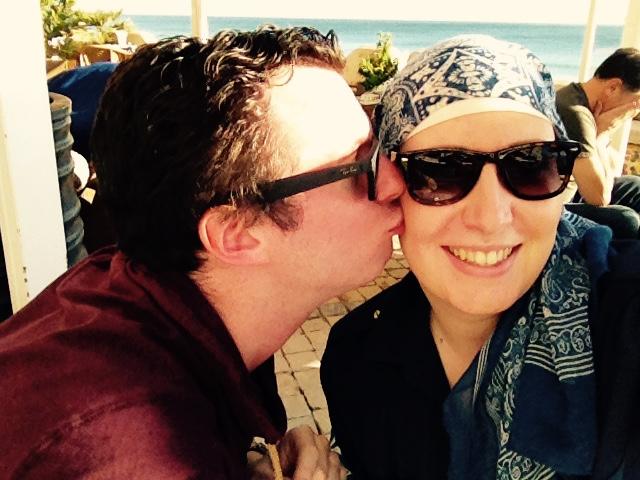 Tijdens onze vakantie in Albufeira: met hoofddoekje.